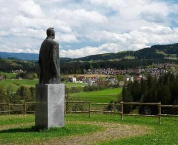 Prezihova bajta - Prezihov spomenik
