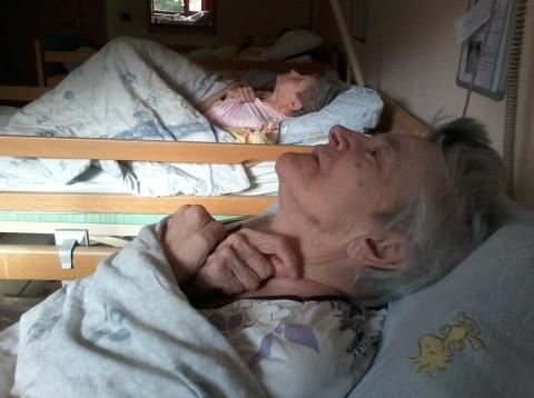 Moja mama v vegetativnem stanju na dementnem oddelku že 8 let čaka na odrešitev.